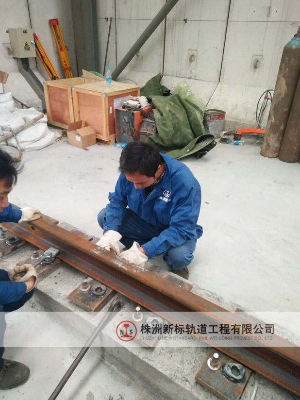 轨道安装施工过程中。