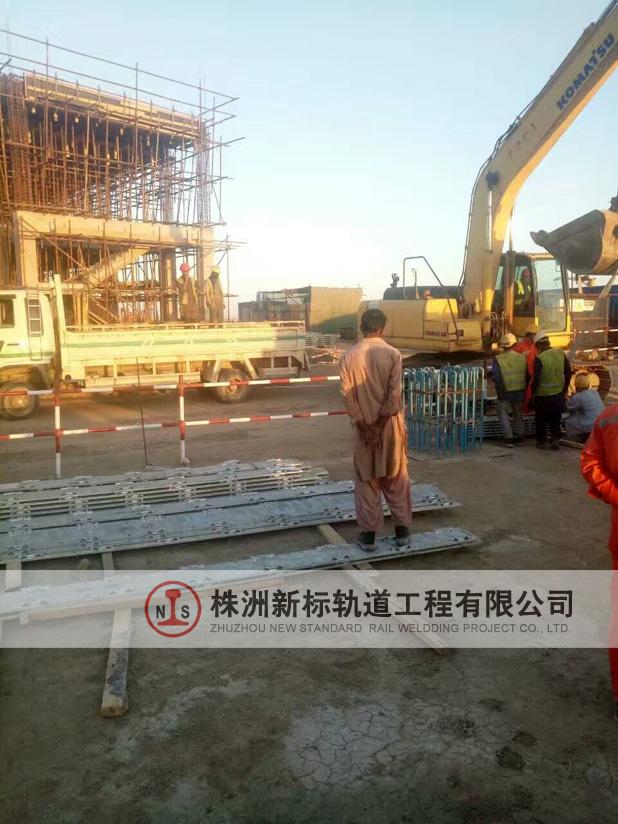 卡西姆港区钢轨焊接之钢板铺设准备工作已经做好了。